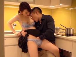 キッチンで料理中の彼女にチョッカイ→スイッチが入って台所パコ