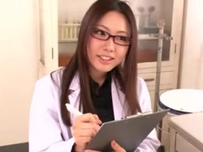 セクシーな女医が患者のチンポを手コキ&フェラチオで快楽へと導く!