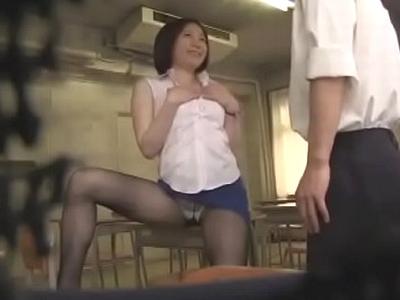 欲求不満な女教師が放課後の教室で生徒を呼び出し誘惑する一部始終を盗撮