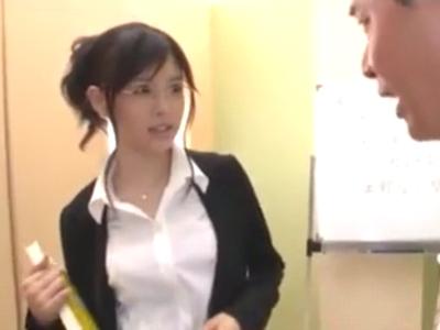 ピンク乳首の女教師が放課後の教室で生徒を性指導!