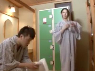 「誰もこないからしようよぉ」混浴温泉で弟を誘惑するビッチな姉w
