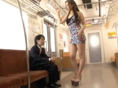 「いっぱい出してごらん」長身痴女が電車の中でオッサン棒を虐めるw