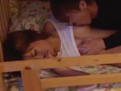 ギャル姉が二段ベッドの下段でSEX→妹が気づいてオナニー