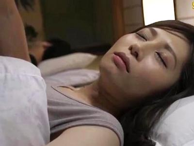 ダンナの眠るその横で夜這いを掛けられ声を押し殺したまま寝取られる妻
