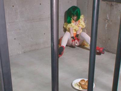 ランカ・リーを牢獄に閉じ込めコスプレ衣装のまま着衣SEX