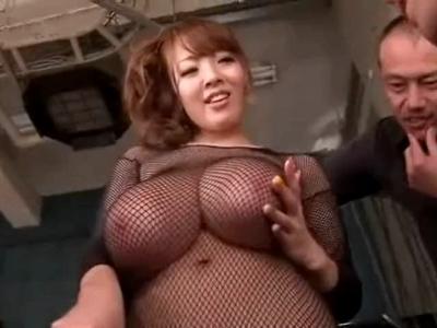 「すっごいギンギンw」爆乳お姉さんHitomiの乳を複数プレイで堪能
