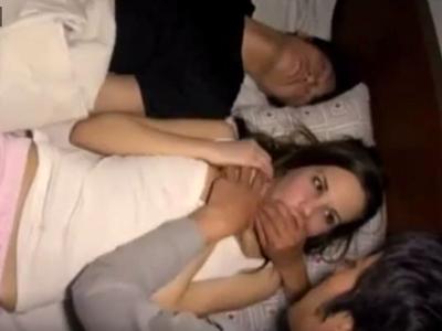 旦那の隣で眠っていた白人妻を夜這い→声を押し殺すネトラレSEX