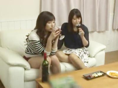 美女ふたりの宅飲みに乱入し王様ゲームで3Pパコ