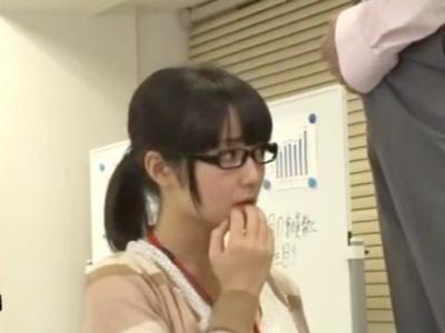 メガネのいかにも純粋そうな美少女OLを脱がすとパイパン会社パコ