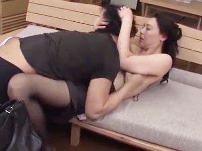 見られているとも知らず若者を寝取る美熟女
