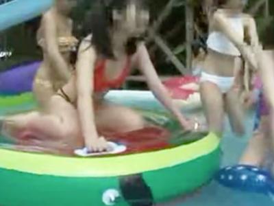 プールでポロリしちゃったビキニ美女が勃起した監視員を誘惑し更衣室パコ