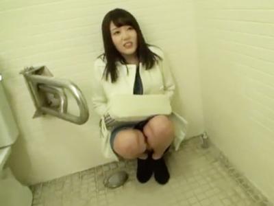 男の命令に逆らえない従順少女を公衆トイレに押し込みハメw