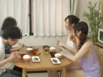 「早く挿れてっ!」男に飢えた巨乳娘達が1本の肉棒を奪い合うw
