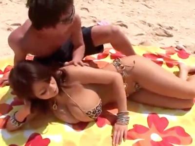 関西弁のギャルが開放的にビーチで青姦