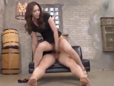 膣内から溢れ出るほどの中出しザーメンを受け入れるセクシー美女