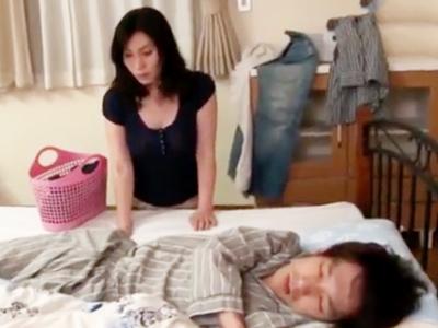 眠っている息子の朝ボッキチンポを勝手に咥えるママw