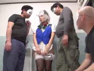 コスイベから拉致ってきた美少女レイヤーをキモオタチンポで輪姦ハメ!