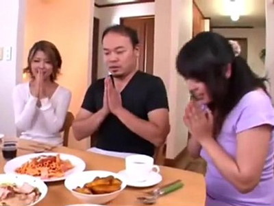 食事中にイキナリ発情しだす2人の妻と一夫多妻の3Pパコ