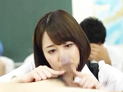 教室で生徒にイタズラしちゃう痴女教師