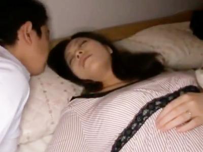 「挿れちゃダメ!」寝ている隙に挿入され声を押し殺しながら悶える巨乳妻w