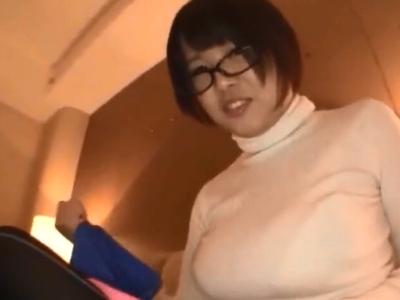 真面目系な巨乳メガネっ娘とホテルで生々しいハメ撮りw