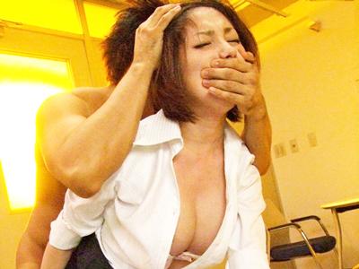 放課後の更衣室に入られてレイプされる女教師
