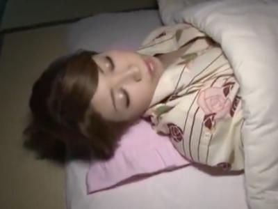 「いっぱい中に出てるぅ…」就寝中の浴衣美人を夜這い膣内射精