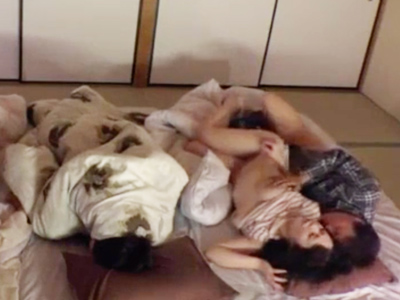 川の字就寝してた親友の恋人を寝てる間にNTR☆