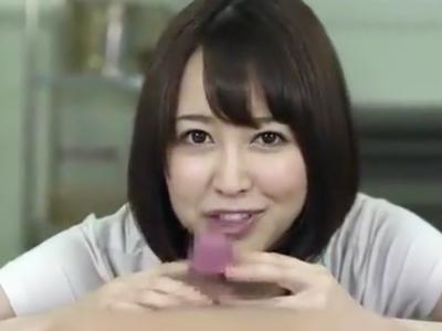 篠田ゆうが吸い付くような濃厚フェラでお肉棒ミルクを搾り取り!