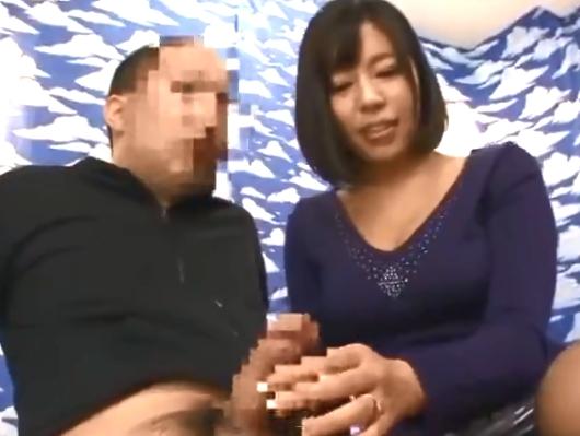 「中に出しちゃったの?」草食系な若者チンポを膣内に受け入れ優しくリードする巨乳妻w