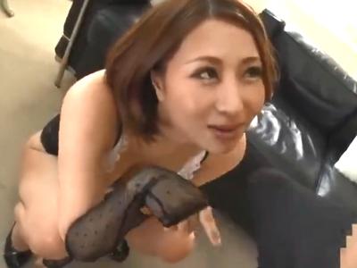 色気のある美女がバキュームフェラで濃いザーメンをたっぷり搾り取り!