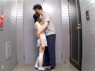 純粋な少女を人気のないマンションでフェラ抜きさせるロリコン