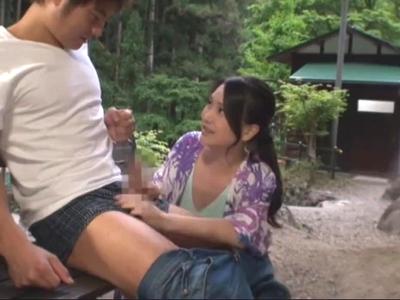 「そこ気持ちいいっ」キャンプ場で知り合った欲求不満な熟女妻と野外パコw