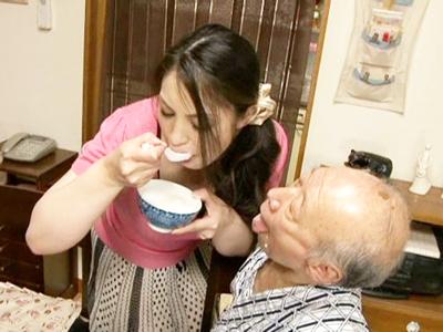 義父におかゆを咀嚼して口移しで食べさせSEX介護もする献身的な人妻