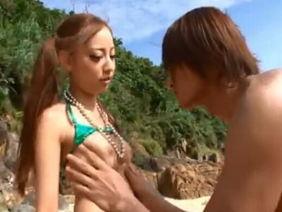真夏のビーチで露出オナニー晒すギャル真野ゆりあちゃんにザーメン中出し!