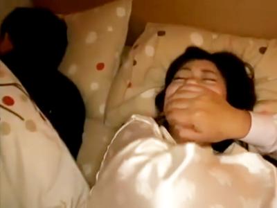 「いやっ!!ヤメて!!」旦那の隣で寝ている奥さんを夜這いレイプ
