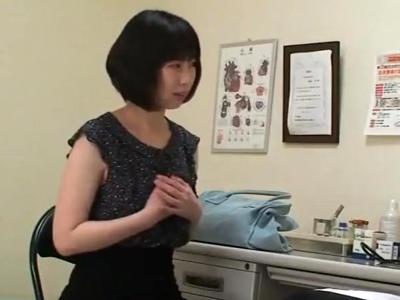 患者が医師の露出した勃起チンポを濃厚フェラ→寝取られ立バック!