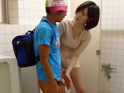 ショタ生徒をトイレで痴女っていけない事を教える保健の先生