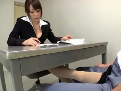 美人弁護士が事情聴取中の受刑者を足コキ