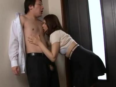 父が出かけたら2秒で玄関SEXする母と息子