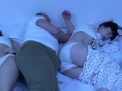 寝ている間にめくれ上がっていく娘のパジャマに我慢限界のパパ
