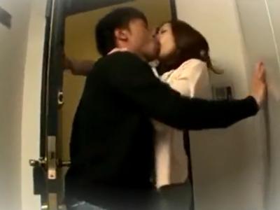 部屋まで待てない2人がエレベーターから情熱的にもつれ込みSEX