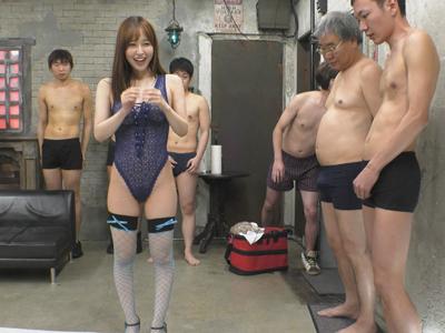 立ち並ぶ男優たちからノンストップで中出しされていく美女