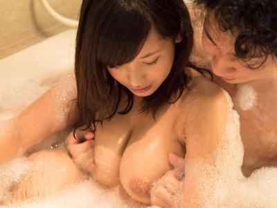 泡風呂で彼氏とイチャイチャ戯れるラブラブH
