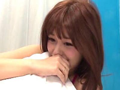 MM号で彼氏を待たせて寝取られてしまい戸惑う美少女