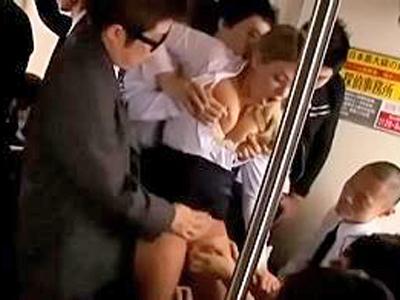 日本の電車で集団痴漢被害を受けるメガネの外国人英語教師