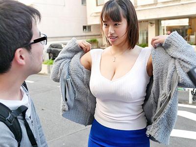 この巨乳に包まれてザーメン暴発を我慢できない素人男性が続出