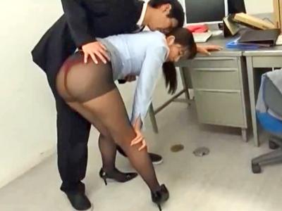 ケツをフリフリ挑発してくるパンストOLをオフィスで中出しレイプ!