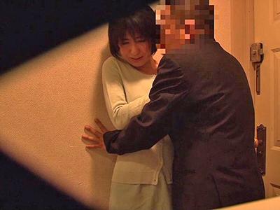 夫によって仕掛けられた無数の盗撮カメラに気づかず不倫する人妻