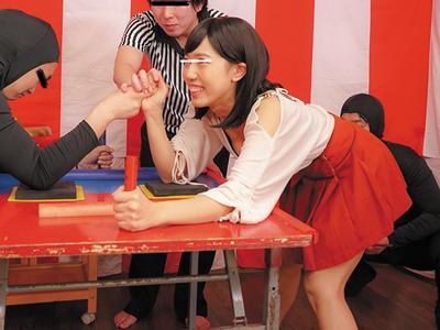 くすぐりガマンしながら腕相撲ゲーム→罰ゲームはみんなに見られて羞恥パコ